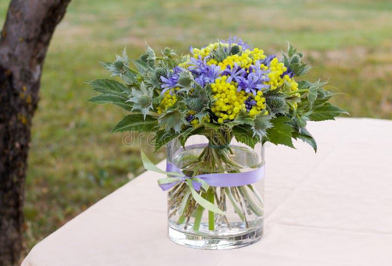Skład kwiaty na stole ogród obrazy royalty free
