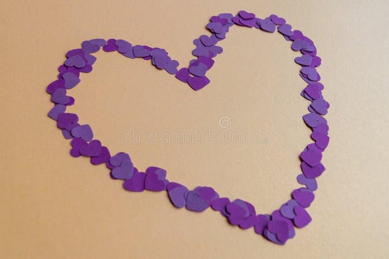 Skład malutkich fioletowych serc na żółtym tle na Święto św. Walentynek Nastrój świąteczny fotografia royalty free