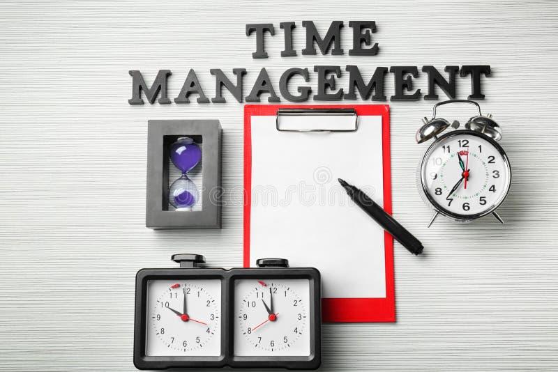 """Skład na stole z różnymi zegarami, schowkiem, zwrotem i """"czasu zarządzaniem"""", """" fotografia royalty free"""