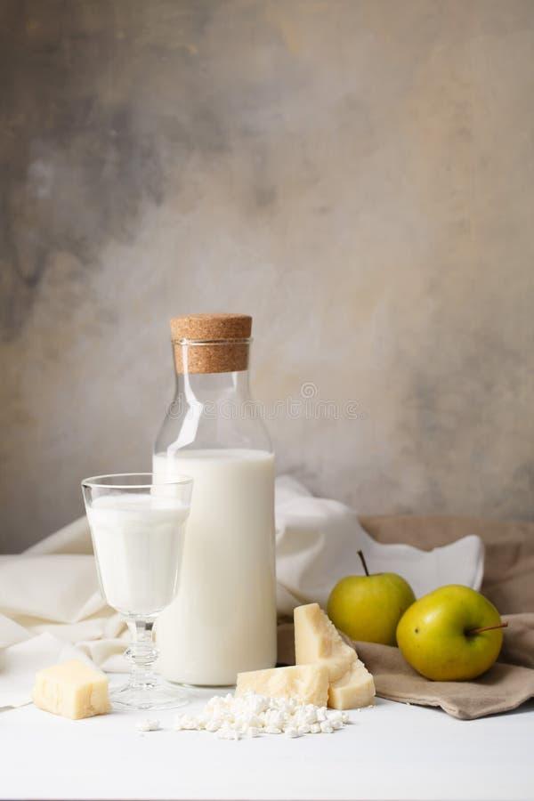 Skład nabiały na lekkim tle chałupa ser, ser i mleko, zdjęcie stock