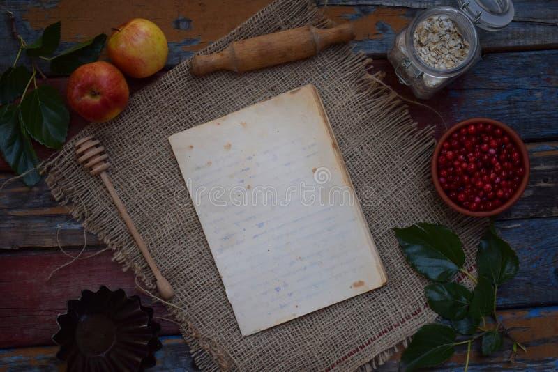 Skład notepad, jabłka, cranberries, toczna szpilka, pleśnieje dla muffins, oatmeal Przygotowanie dla ugniatać ciasto, wypiekowy c zdjęcia royalty free
