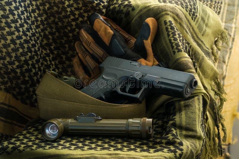 Skład pistolet, głowy latarka ly i taktyczne rękawiczki, zdjęcie royalty free
