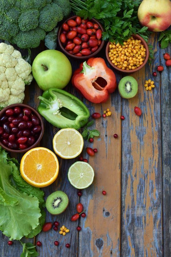 Skład produkty zawiera ascorbic kwas, witamina C - cytrus, kalafior, brokuły, słodki pieprz, kiwi, pies wzrastał, tomatoe obraz stock