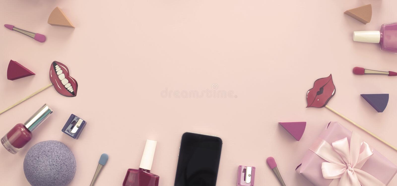 Skład ustawiający dekoracyjnego kosmetyka gwoździa połysku pomadki gąbki ostrzarki telefonu komórkowego pudełka prezenta łęku tas obrazy royalty free