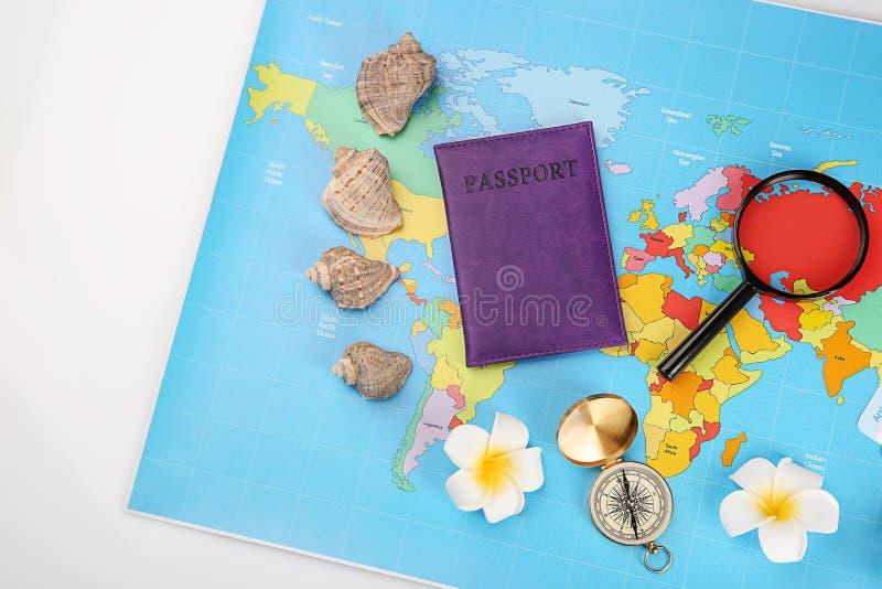 Skład z światową mapą, paszportem i kompasem na białym tle, Podr??y planistyczny poj?cie obraz stock