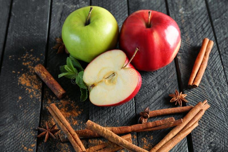 Skład z świeżymi jabłkami i cynamonem fotografia stock
