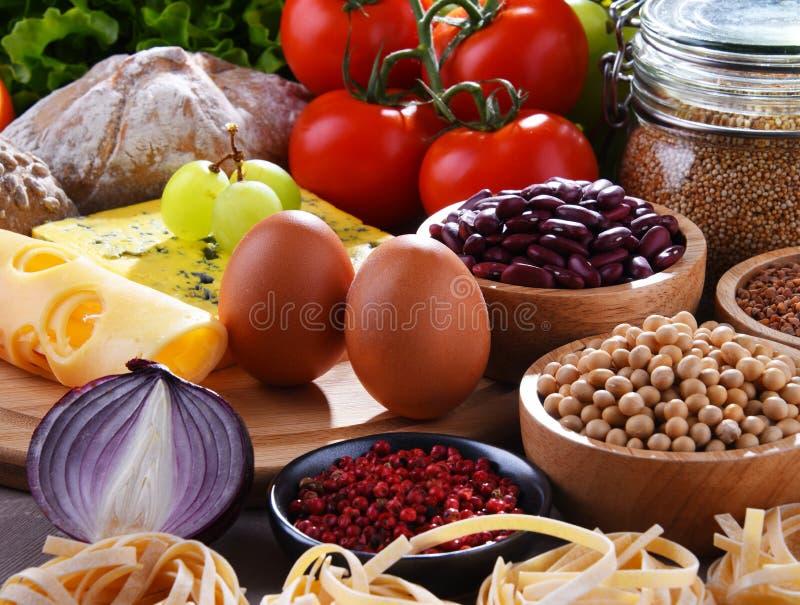 Skład z asortowanymi żywność organiczna produktami na stole fotografia stock