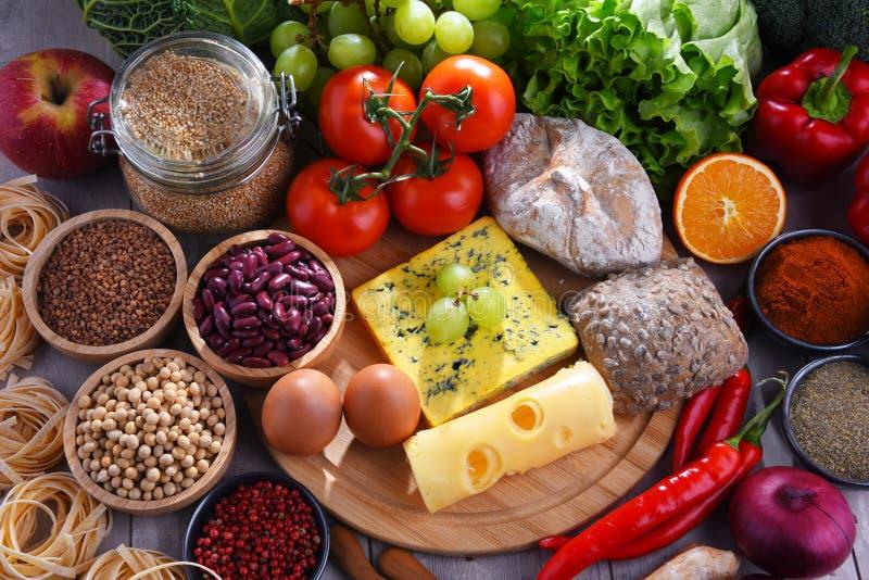 Skład z asortowanymi żywność organiczna produktami na stole obraz stock