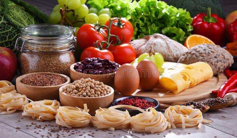 Skład z asortowanymi żywność organiczna produktami na stole zdjęcia royalty free