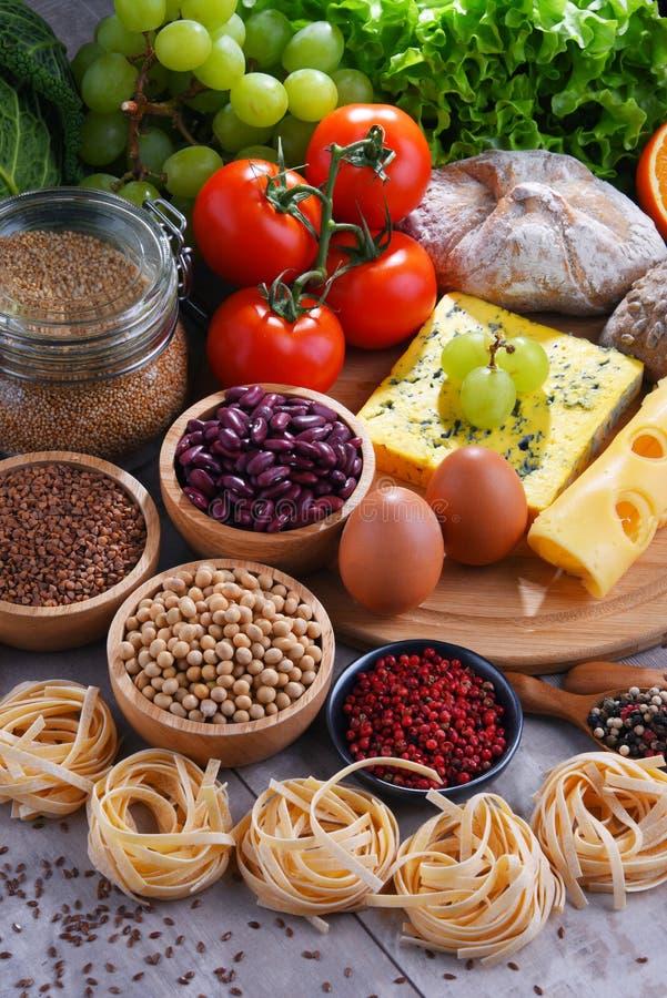 Skład z asortowanymi żywność organiczna produktami na stole zdjęcia stock