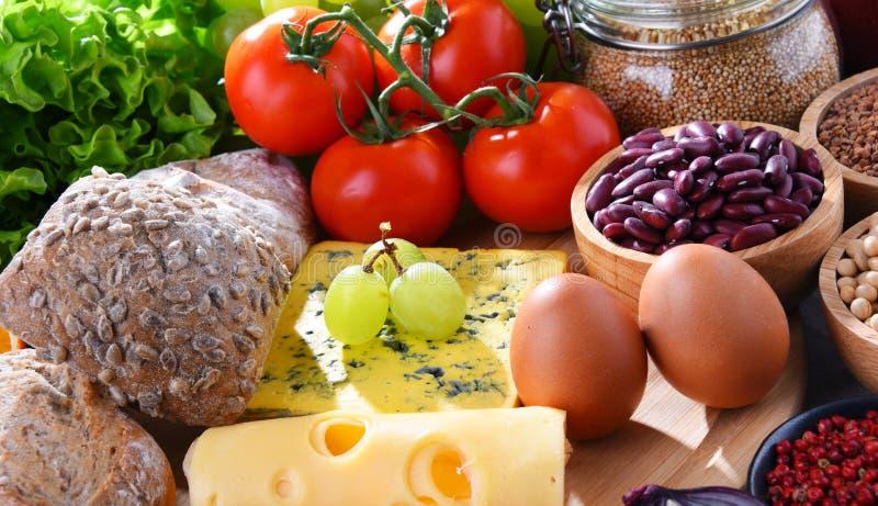Skład z asortowanymi żywność organiczna produktami na stole obraz royalty free