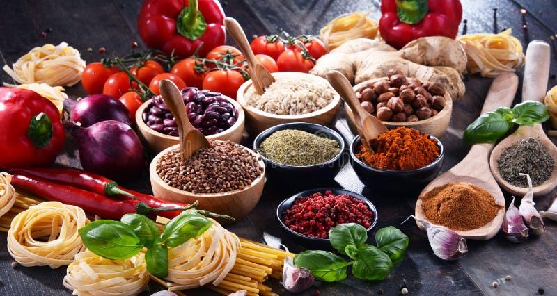 Skład z asortowanymi żywność organiczna produktami na stole fotografia royalty free