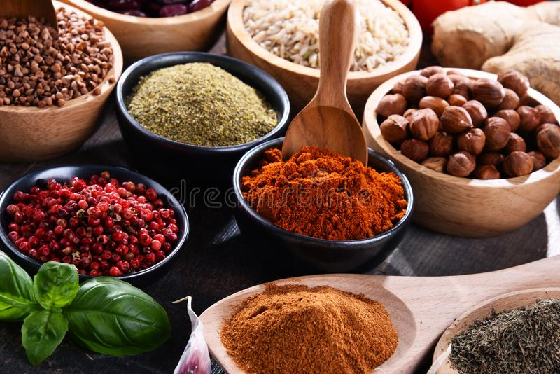 Skład z asortowanymi żywność organiczna produktami na stole zdjęcie stock
