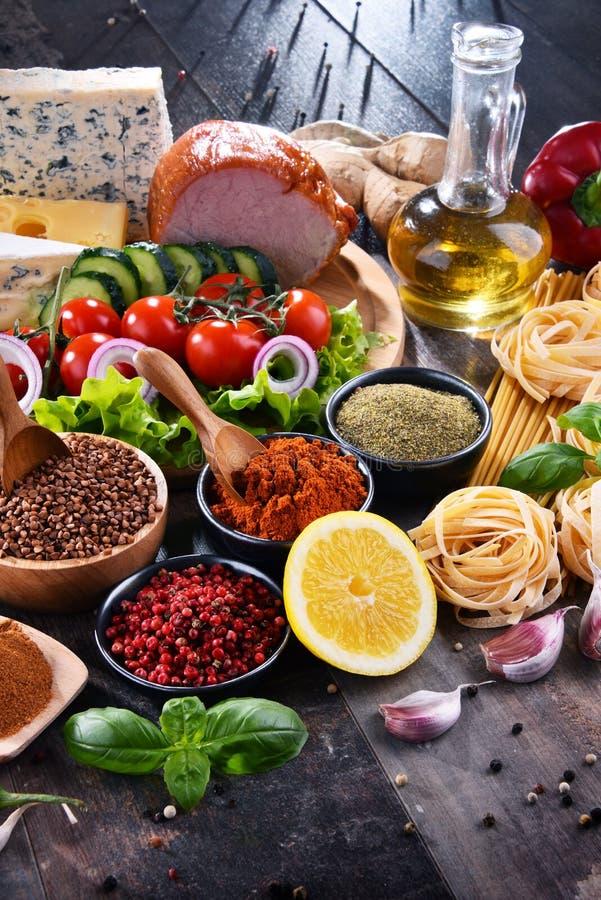 Skład z asortowanymi żywność organiczna produktami na stole obrazy stock