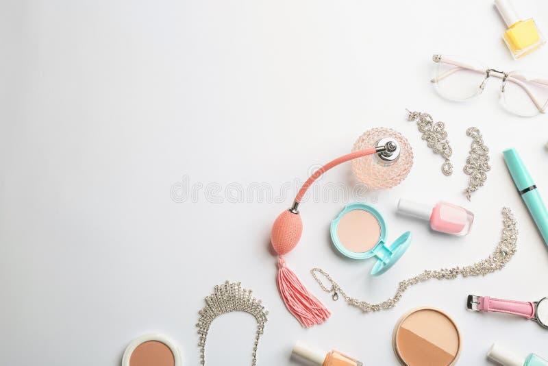 Skład z butelką, kosmetykami i akcesoriami na białym tle pachnidła, zdjęcie royalty free