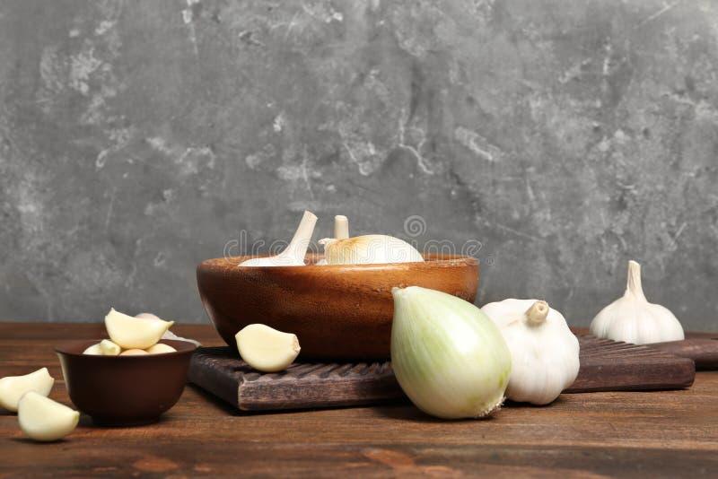Skład z cebulą i czosnkiem na stole obraz royalty free