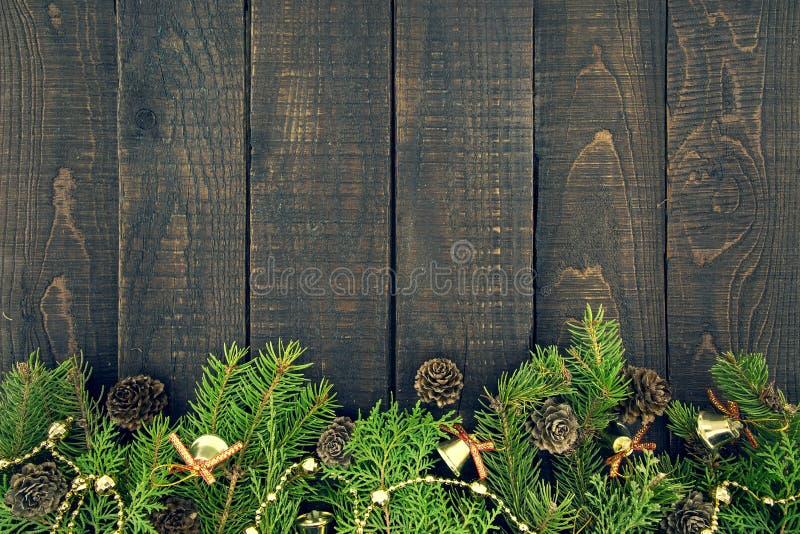 Skład z dekorującą choinką na ciemny nieociosany drewnianym fotografia royalty free