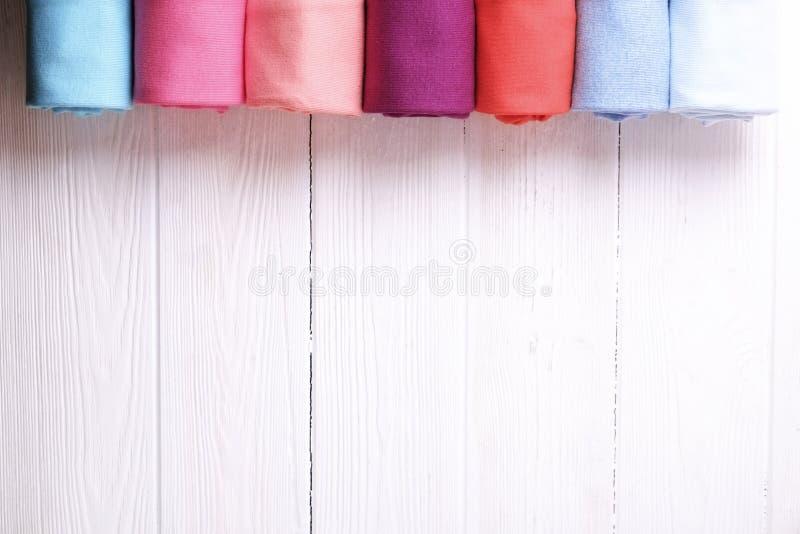 Skład z fałdowym odziewa, unisex dla mężczyzna, kobieta, różny kolor i materiał, Stos pralnia, sucha czysta odzież obraz stock