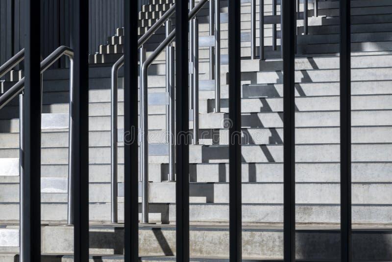 Skład z geometryczną strukturą kroki i metalu balustra obraz royalty free