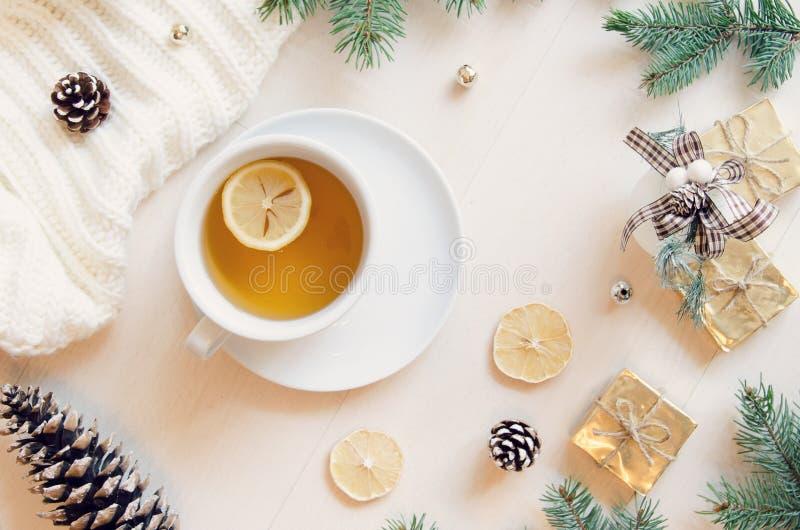 Skład z herbatą, liśćmi, rożkiem, cytryną i trykotowym pulowerem, Odgórny widok, mieszkanie nieatutowy obrazy stock