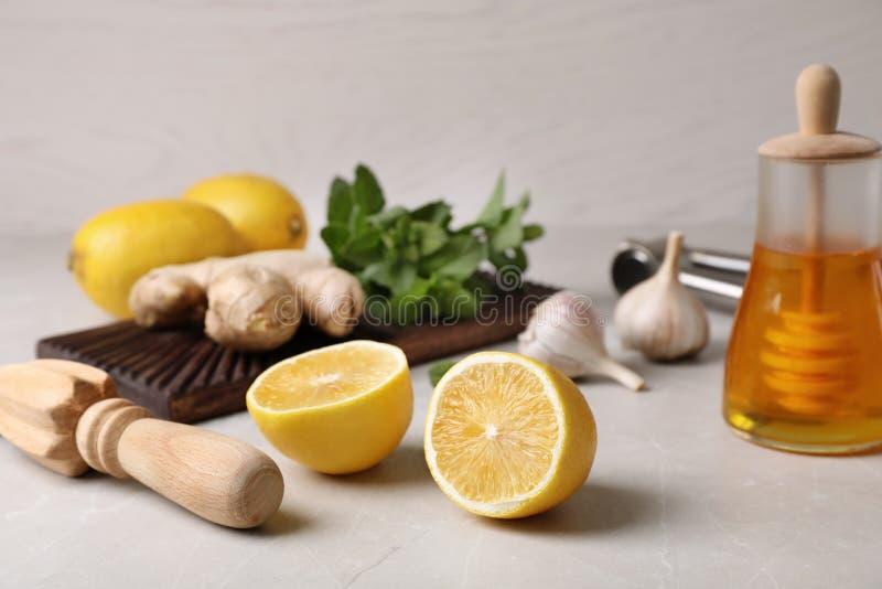 Skład z naturalnymi kasłań remediami na stole fotografia royalty free