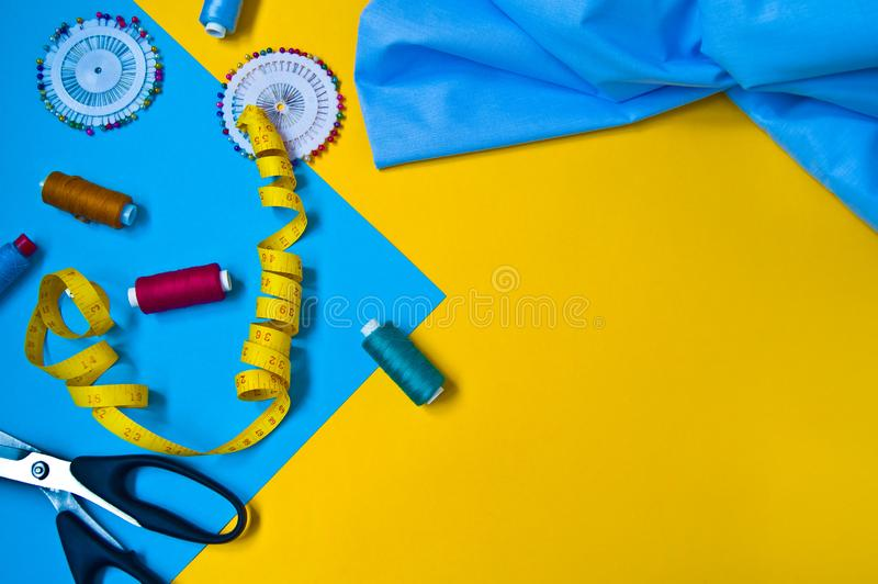 Sk?ad z niciami i szwalnymi akcesoriami na jaskrawym wizerunku zdjęcie royalty free