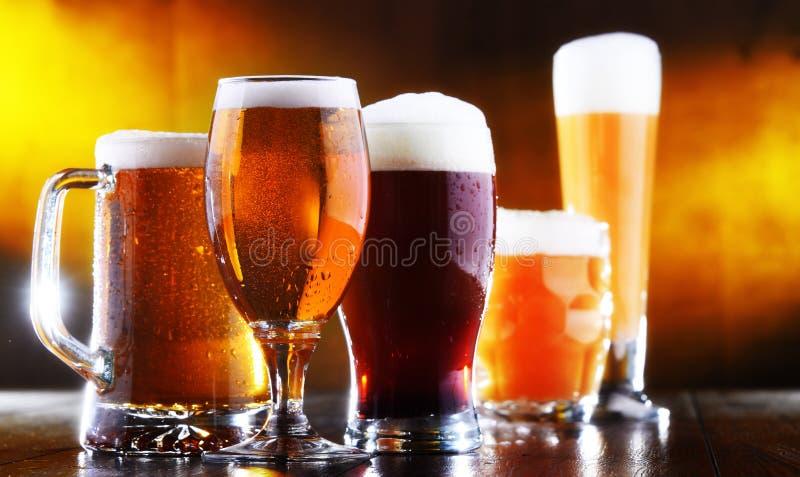 Skład z pięć szkłami piwo obrazy royalty free