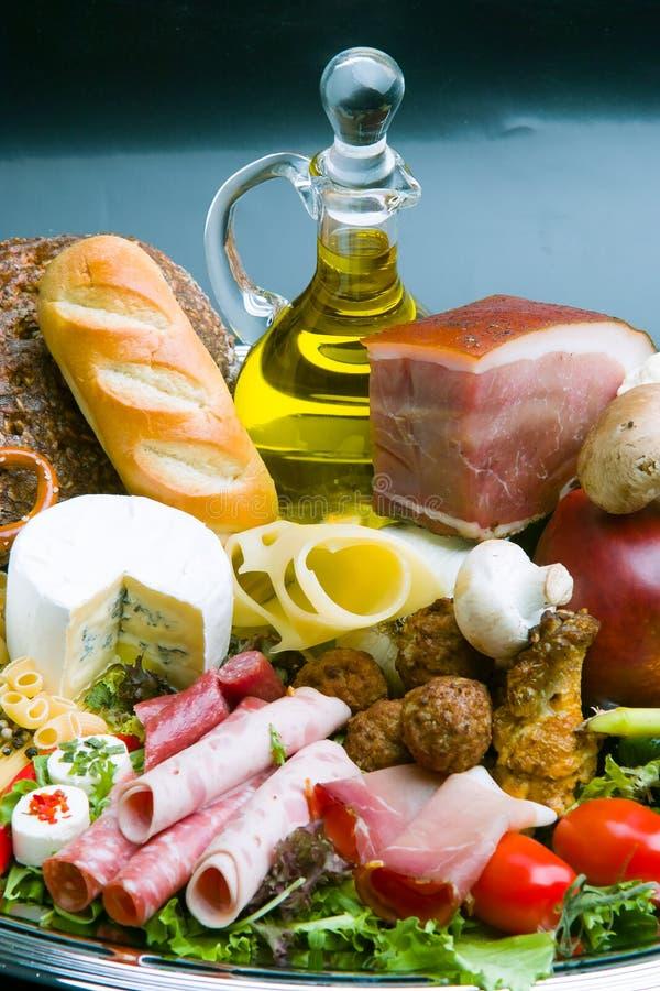 Skład z rozmaitością sklepów spożywczych produkty wliczając warzyw, owoc, mięsa, nabiału i wina, obrazy stock