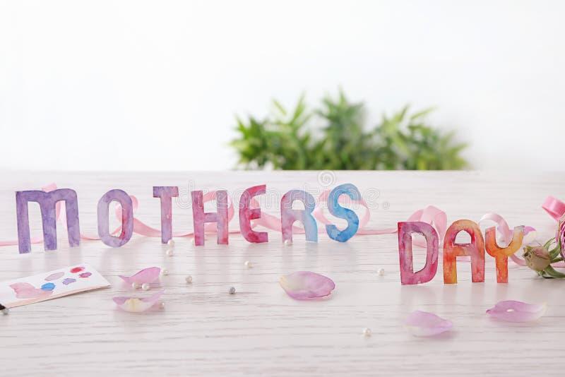 Skład z słów matki dniem na stole zdjęcie royalty free
