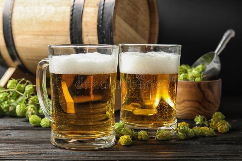 Skład z smakowitym piwem i świeżymi zieleń chmiel zdjęcia stock
