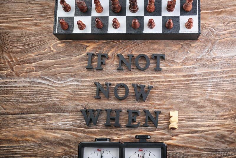Skład z szachy i zwrotem no Jest teraz Kiedy? komponujący od listów na drewnianym stole Czasu zarz?dzania poj?cie obrazy royalty free