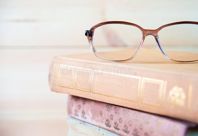 Skład z szkłami i książkami, na stole, lekki tło zdjęcie stock