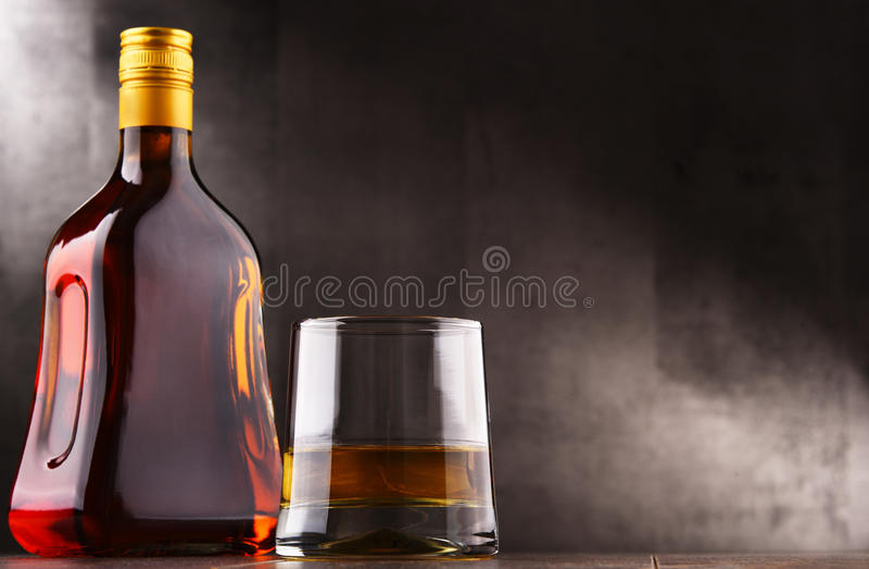 Skład z szkłem i butelką ciężki trunek obraz royalty free