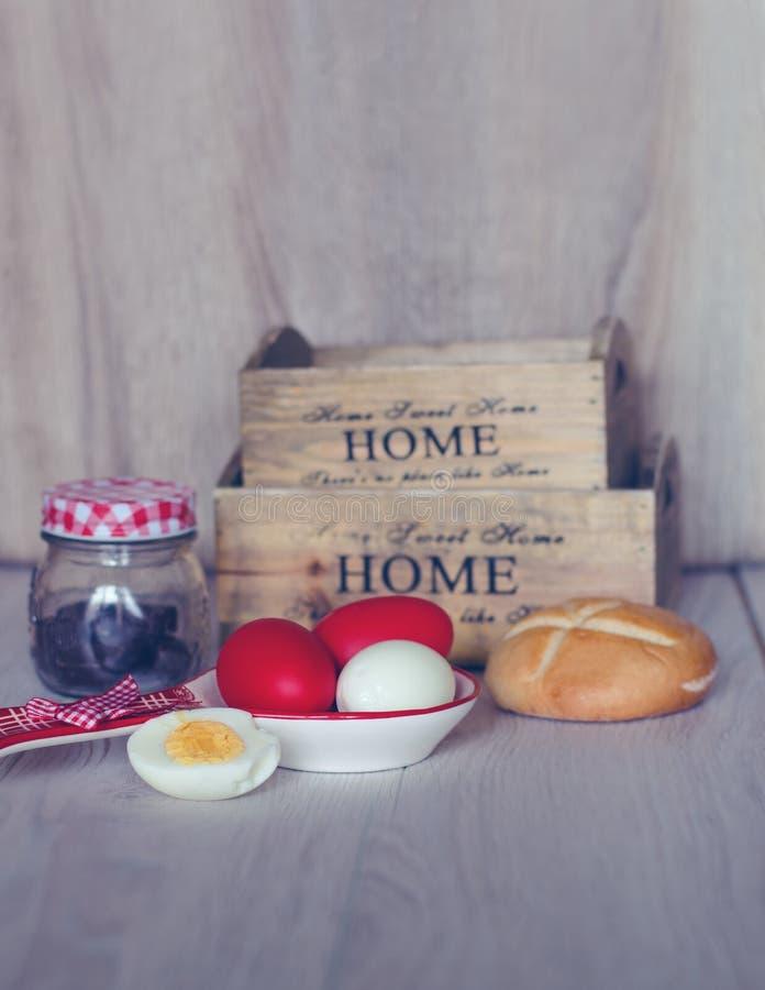 Skład z Wielkanocnymi jajkami, chlebem, drewnianymi koszami i czekoladowymi cukierkami w słoju, zdjęcia royalty free