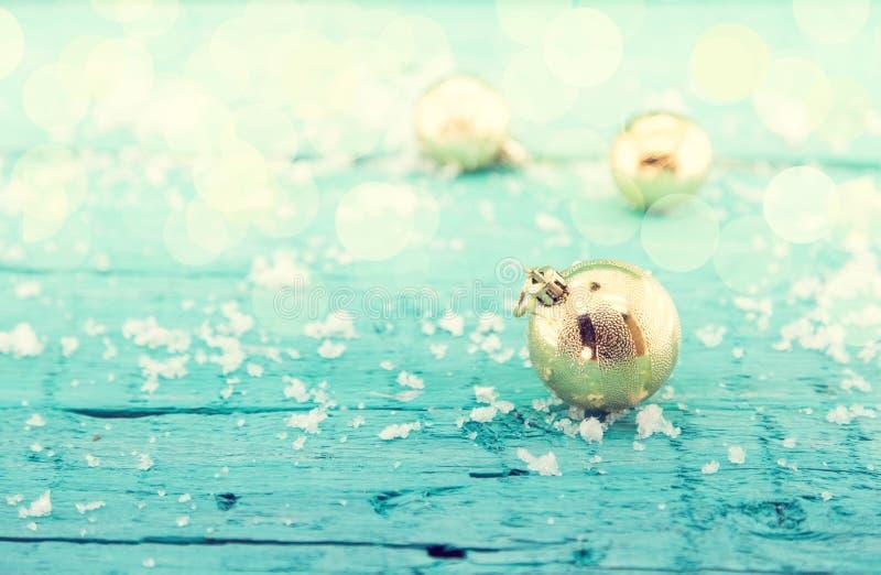 Skład z złotymi Bożenarodzeniowymi piłkami na nieociosanym turkusowym drewnie obraz stock