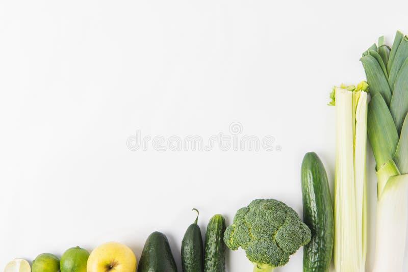 Skład zieleni warzywa odizolowywający na białym tle z rzędu obraz stock
