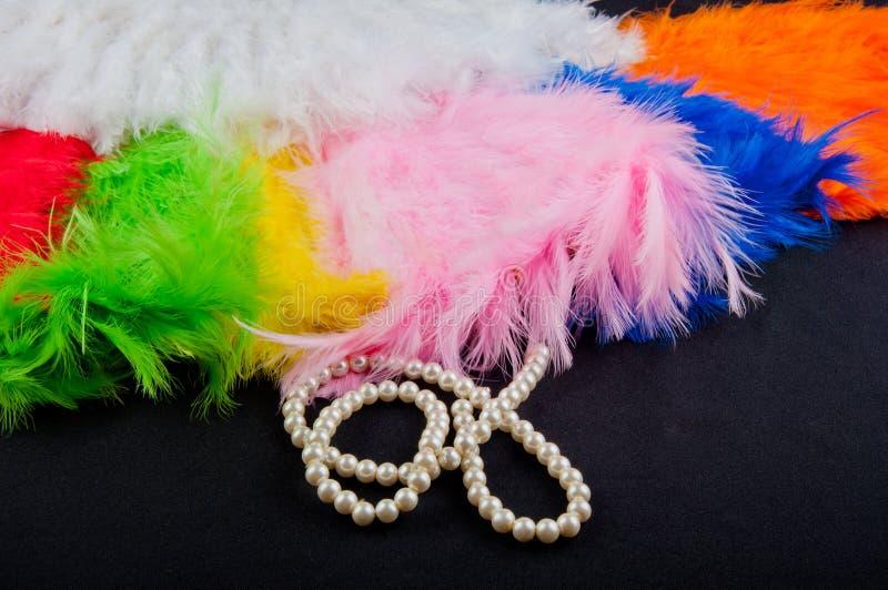 Składać fan i perl kolię na czarnym tle zdjęcie royalty free
