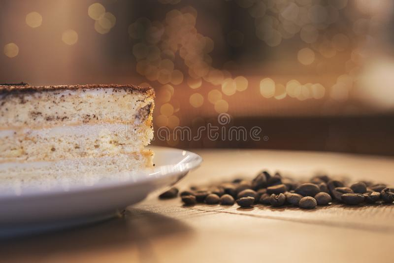 Składa tortowe i kawowe fasole na drewnianej desce zdjęcie royalty free