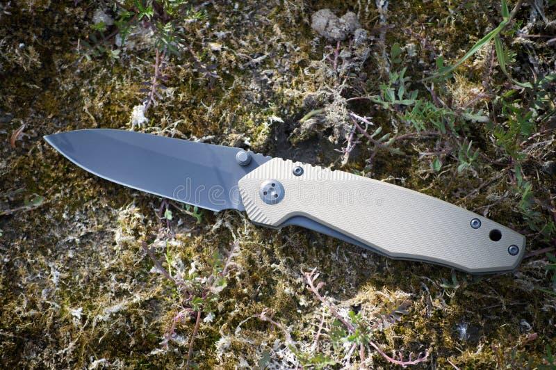 Składający podróż nóż robić od stali nierdzewnej z czarnym ostrzem obraz stock
