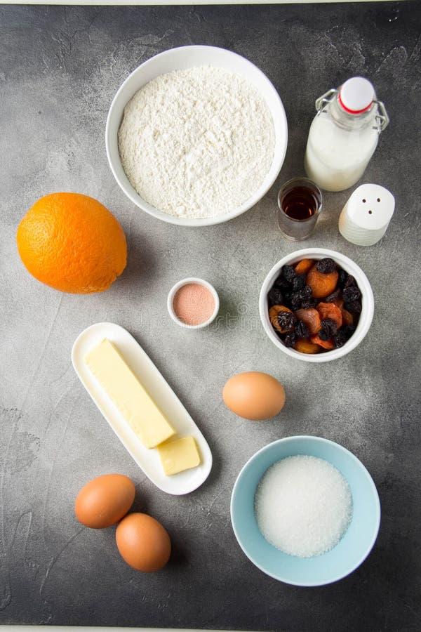 Składnik dla gotować Easter zasycha z lodowaceniem, pomarańcze, wysuszone owoc, wiosna wakacje Mąka, mleko, cukier, rodzynki, wys obrazy stock