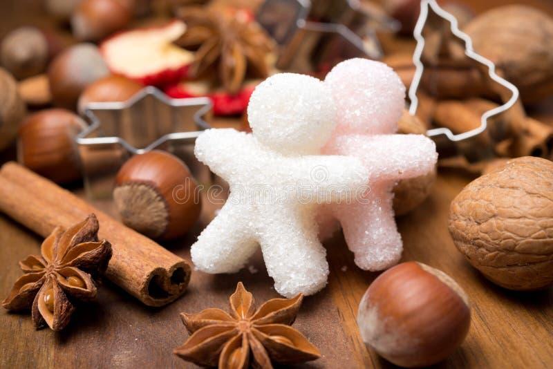 Składniki dla Bożenarodzeniowego pieczenia i cukrowych małych mężczyzna fotografia stock