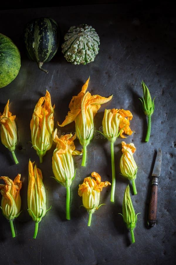 Składniki dla crispy piec zucchini kwitną robią naleśnikowy ciasto naleśnikowe fotografia stock