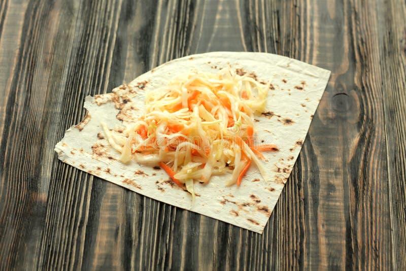 Składniki dla gotować domowej roboty Shawarma kapusty i pita chleb fotografia stock
