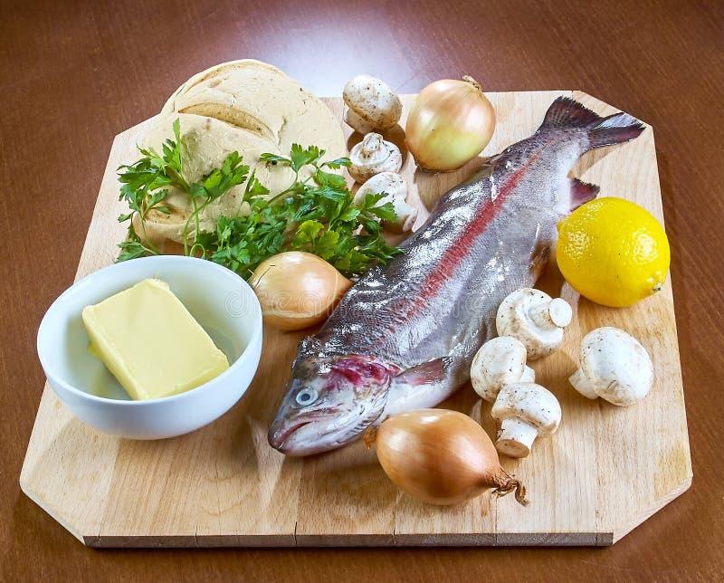 Składniki dla gotować faszerującej ryba rozrastają się cebulkowego sałatkowego masło chleb zdjęcia stock