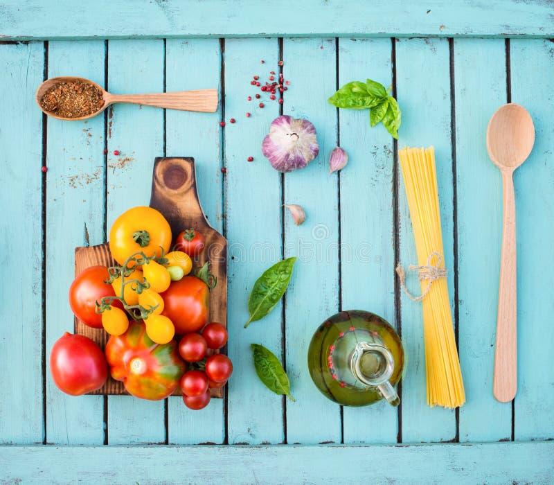 Składniki dla gotować na nieociosanym podławym modnym drewnianym stole toma obrazy royalty free