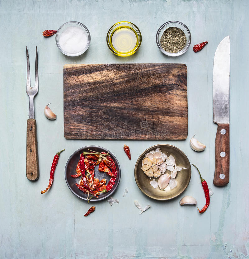 Składniki dla gotować tnącą deskę, rozwidlenie, nóż dla mięsa, gorący czerwonego pieprzu puchar czosnku masło i seasonings, rdzew obrazy stock