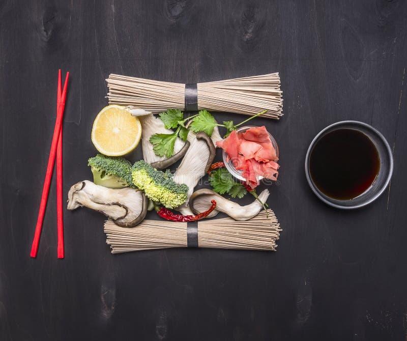 Składniki dla gotować Tradycyjnych Japońskich gryczanych soba kluski z ostrygowymi pieczarkami, cilantro, cytryną i imbirem, czer zdjęcie stock