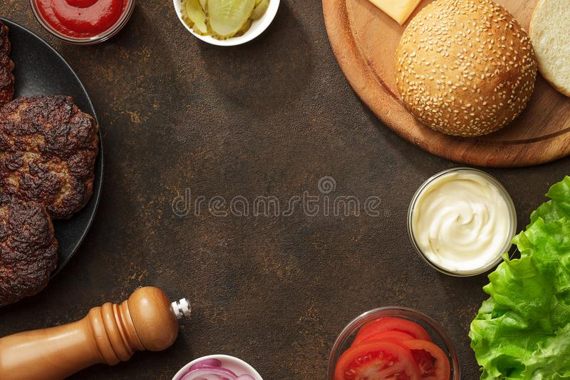 Składniki dla hamburgerów na ośniedziałym stole obraz stock