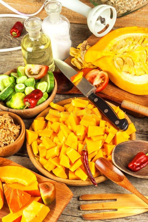 Składniki dla hokkaido polewki z pomidoru i chili pieprzem Przygotowanie korzenna jarzynowa polewka zdrowa żywność zdjęcia royalty free