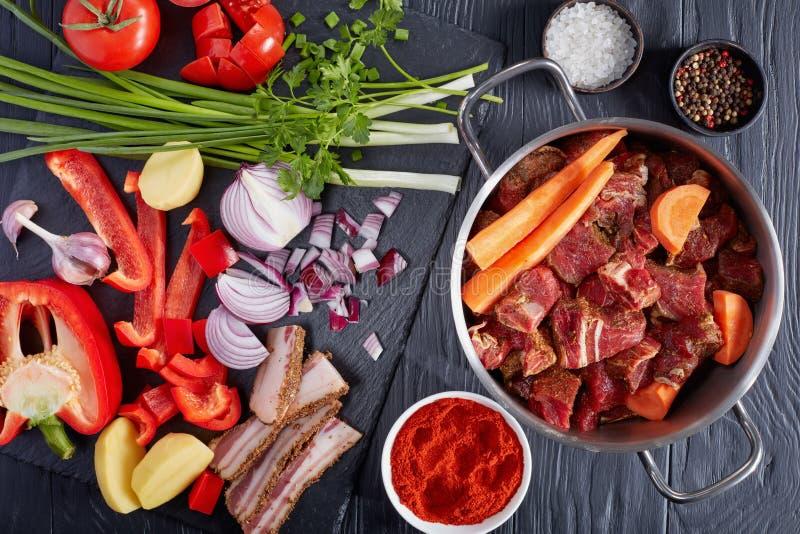 Składniki dla klasycznego hungarian goulash na stole fotografia stock